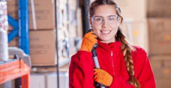 Kobieta-w-czerwonym-golfie-rekawiczkach-i-goglach-ochronnych