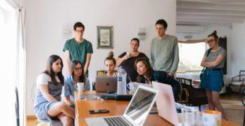 Grupa-mlodych-ludzi-pracujaca-przy-projekcie