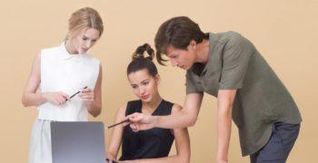 Trzy-osoby-konsultujace-sie-ze-soba-przy-komputerze