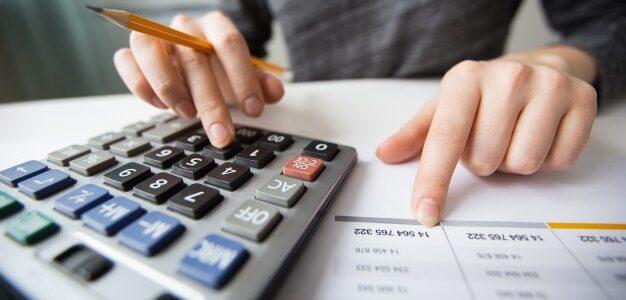 Człowiek liczący na kalkulatorze